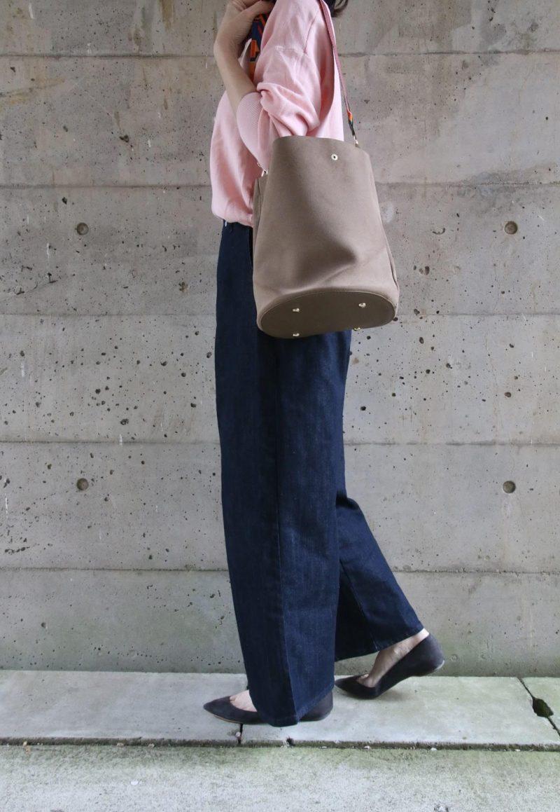 桜色ニット+デニムコーディネート横