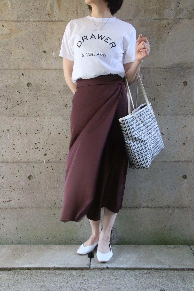 ドゥロワーTシャツ×サテンスカートコーデ