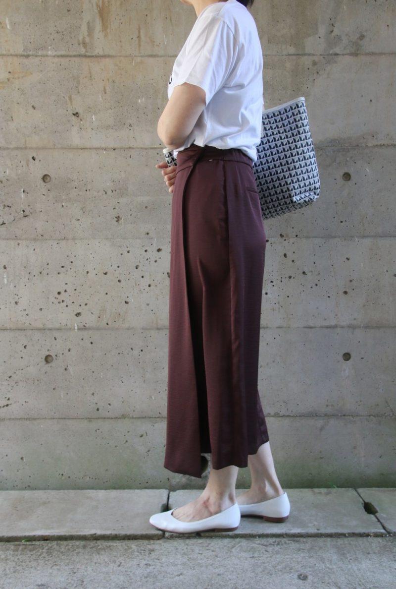 ドゥロワーTシャツ×サテンスカートコーデ横