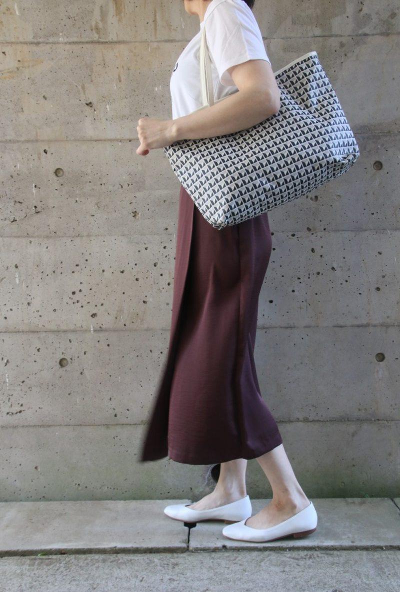 ドゥロワーTシャツ×サテンスカートコーデ横2