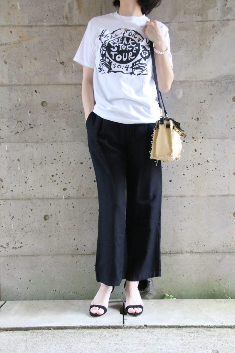 フレークスストアTシャツコーデ黒パンツ