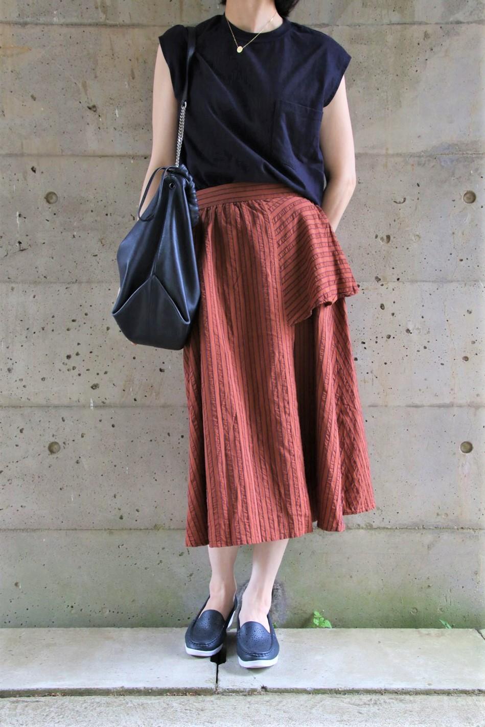 フレンチ袖Tシャツ×デザインスカートコーデ