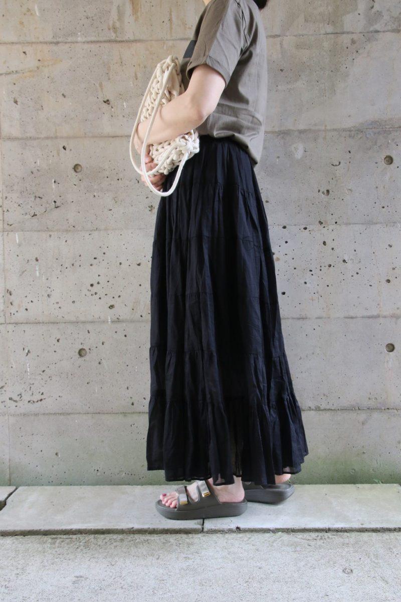 MERICANATシャツ×ティアードスカートコーデ横2